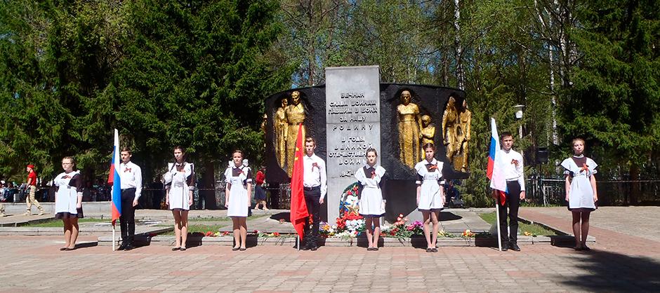 Почетный караул на братском кладбище в День Победы